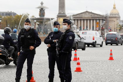 Policía francesa controla las calles durante el primer día del segundo confinamiento nacional por COVID-19.  REUTERS/Charles Platiau