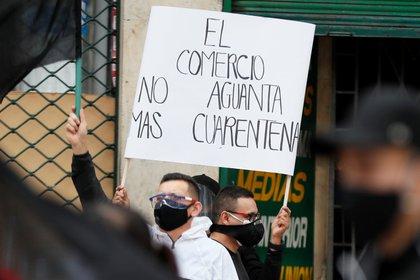 Comerciantes protestan contra la cuarentena obligatoria hoy, en Bogotá (Colombia). EFE/Carlos Ortega