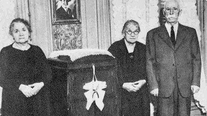 Berta junto a sus amigos en la casa que le dejó Carlos. (Archivo Museo Casa Carlos Gardel)