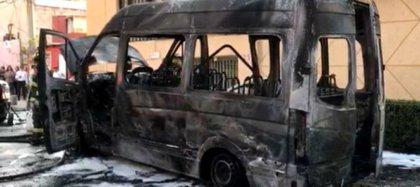 Sujetos quemaron una combi del transporte público en la alcaldía Gustavo A. Madero (Foto: Internet)