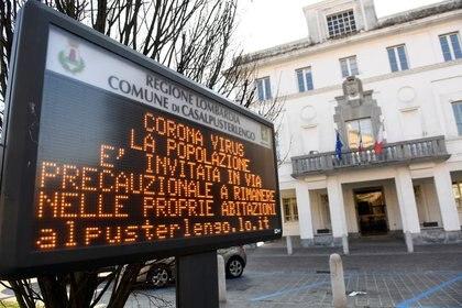 Una señal que advierte a la gente de que se quede en casa durante el brote de coronavirus en la ciudad de Casalpusterlengo, Italia, el 22 de febrero de 2020. REUTERS/Flavio Lo Scalzo