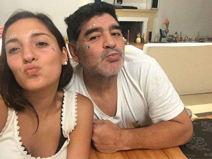 Maradona y su hija Jana, que presionó para que su padre sea internado.