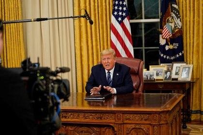 El presidente de Estados Unidos, Donald Trump, habla sobre la respuesta del país la pandemia del coronavirus COVID-19, durante un discurso a la nación desde la Oficina Oval de la Casa Blanca (Reuters)