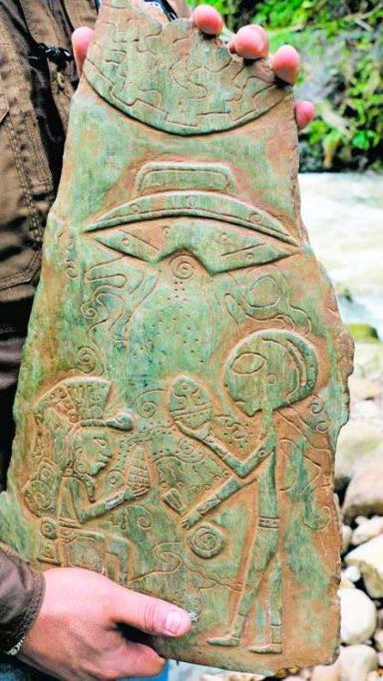 Una de las piedras de jade talladas que fueron encontradas en cavernas de Puebla