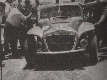 Uno de sus triunfos más importantes en el TC. Fue en el Gran Premio de 1964, con la Coloradita (Archivo CORSA).