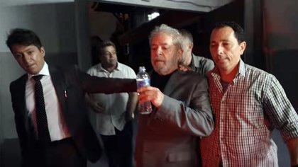 Lula, al ser trasladado a la cárcel