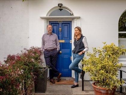 Peter Piot, director de la Escuela de Higiene y Medicina Tropical de Londres, con su esposa Heidi Larson, antropóloga y directora del Proyecto de Confianza en las Vacunas de la escuela, en su hogar en Londres, el 7 de mayo de 2020. (Andrew Testa/The New York Times)