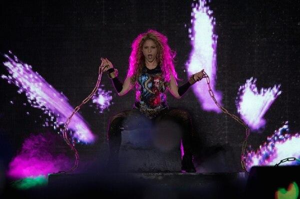 La cantante colombiana Shakira en el escenario de la sala Accorhotels Arena en París el 13 de junio de 2018 (AFP – Thomas SAMSON)