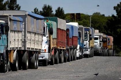 Desde el domingo varios dueños de camiones cortan la ruta en diferentes puntos del país
