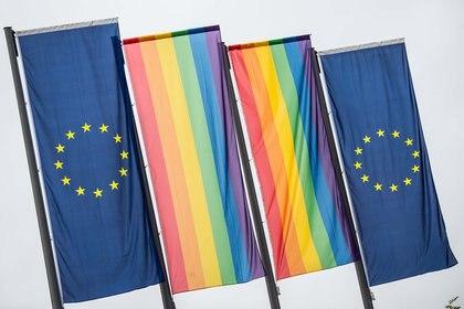 Las banderas de la Unión Europea junto a las del arcoiris que simbolizan al movimiento LGBT (Andreas Arnold / dpa / AFP) / Germany OUT