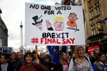 Los partidarios de la UE sostienen una pancarta durante una marcha mientras el parlamento discutía el acuerdo con la UE (Reuters)