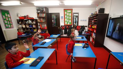 En Reino Unido, los hijos de trabajadores esenciales pueden estar en clases presenciales (Reuters)