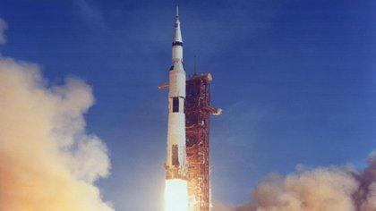 El cohete Saturno V despega desde el Centro Espacial Kennedy, en Florida EEUU (NASA)