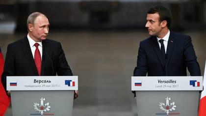 Vladimir Putin y Emmanuel Macron (AFP)