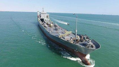 En esta foto distribuida el 19 de noviembre de 2020 por la Guardia Revolucionaria de Irán, un portaaviones bautizado con el nombre del fallecido comandante de la Marina Abdollah Roudaki, navega por aguas territoriales iraníes al sur del país. (Sepahnews via AP)