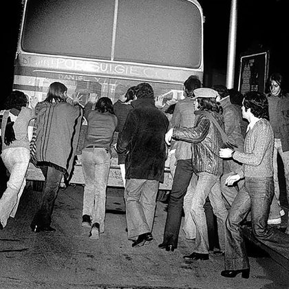 Los PorSuiGieco y sus asistentes empujando el micro de gira (Foto: Rubén Andón)