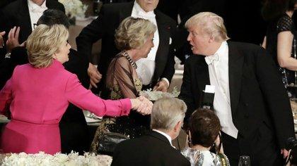 El apretón de manos que Clinton y Trump se debían del debate del miércoles (AP)