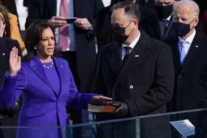 Kamala Harris prestó juramento como Vicepresidenta de los Estados Unidos mientras su esposo Doug Emhoff sostenía dos Biblias (REUTERS/Kevin Lamarque)