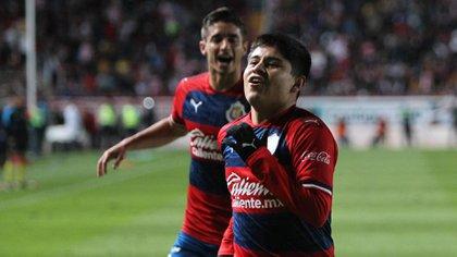 Chofis indicó que está contento con la nueva oportunidad que le brinda el equipo (Foto: Twitter/ @Chivas)