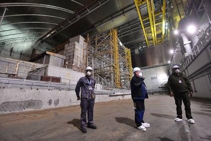 Luego de 12 años construyendo el nuevo sarcófago que reemplazará el contenedor original, los trabajadores de SSE Chernobyl NPP enfrentan su siguiente desafío: desmantelar la antigua estructura (AFP)