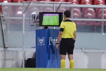 El árbitro colombiano Andrés Rojas y el VAR fueron los grandes protagonistas del encuentro entre River y Nacional de Uruguay por los cuartos de final de la Copa Libertadores (REUTERS/Marcelo Endelli)