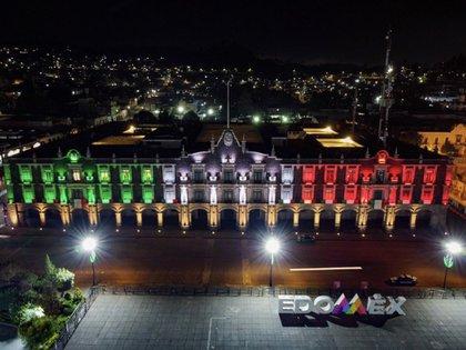 Así lucía el palacio de gobierno de EdoMex durante la ceremonia de independencia (Foto: @alfredodelmazo)