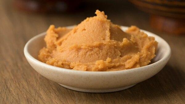 El miso es un condimento a base de semillas de soja, cereales y sal marina fermentada con el hongo koji (Getty)