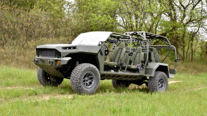 El modelo cuenta con cuatro filas de asientos para que viajen hasta nueve soldados.