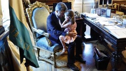 Mauricio Macri, jugando con su hija Antonia, en el despacho presidencial retratado por el fotógrafo de la Casa Rosada. Foto: Victor Bugge.