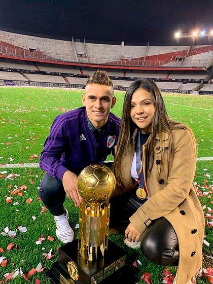 Ana Caicedo, junto a su esposo Rafael Santos Borré celebrando uno de sus títulos en River (@anitacaicedoh95)