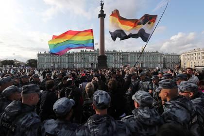 Fuerzas de seguridad bloquean a los participantes de un desfile de la comunidad LGTBQ+ en San Petersburgo (REUTERS/Anton Vaganov)