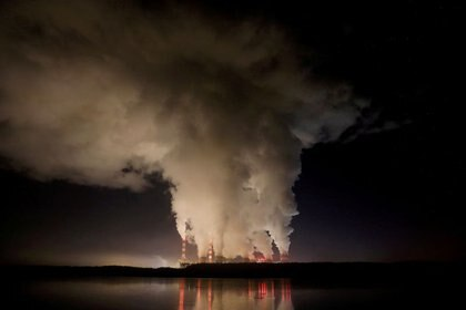 Humo y vapor salen de la central eléctrica de Belchatow, la central eléctrica de carbón más grande de Europa, operada por PGE Group, por la noche cerca de Belchatow, Polonia, el 5 de diciembre del 2018.