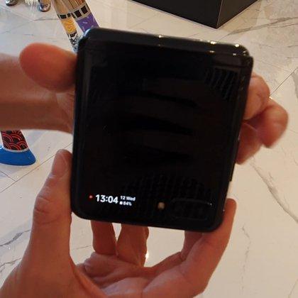 Tiene un mini display en el frontal de 1,1 pulgadas donde se pueden ver notificaciones o la hora. También funciona como visor de la cámara frontal para sacarse una selfie.