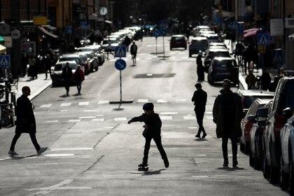 Un niño con un skate por las calles de Estocolmo durante el brote de coronavirus en Suecia. Anders Wiklund/TT News Agency/via REUTERS