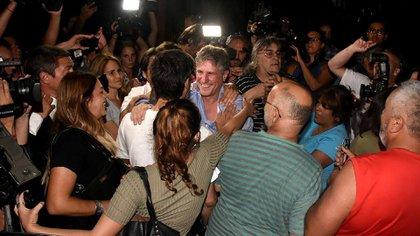 Amadou Boudou saluda a amigos y simpatizantes tras ser liberado (Foto: Nicolás Stulberg)