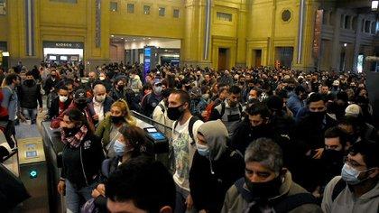 El servicio se reanudó con trenes abarrotados de gente (Nicolás Stulberg)
