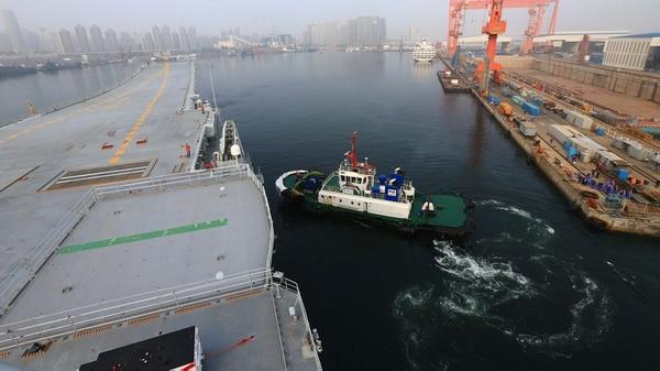 Se trata del segundo portaaviones chino después del Liaoning, fabricado parcialmente en Ucrania y terminado luego en China (AFP)