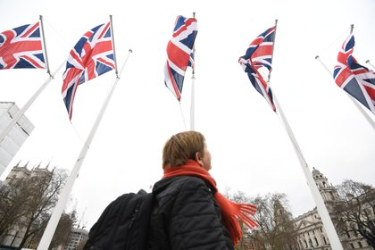 31 January 2020, England, London: A member of the public views Union flags in Parliament Square, ahead of the UK leaving the European Union at 11pm on Friday. Photo: Kirsty O'connor/PA Wire/dpa