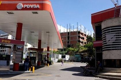Una estación de servicio cerrada de la petrolera estatal venezolana PDVSA en Caracas. (Reuters)