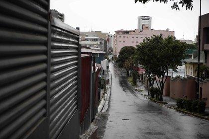 Vista de calles vacías este lunes en San José (Costa Rica). El sábado pasado comenzó a regir en Costa Rica, por un plazo de nueve días, una serie de medidas restrictivas a la movilidad y el comercio en el área metropolitana con el objetivo de reducir la velocidad de los contagios. EFE/Jeffrey Arguedas