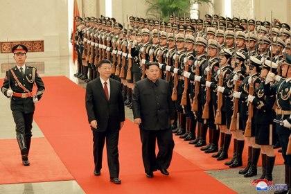 Ambos líderes pasan revista a la guardia de honor china(KNCA)