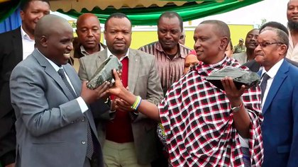 Saniniu Laizer, junto a funcionarios del gobierno de Tanzania (AP Photo)