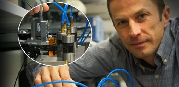 Mark Lantz, de IBM con el nuevo dispositivo innovador (IBM)