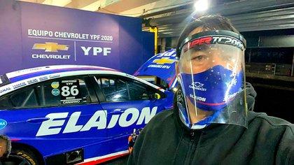 Con el Chevrolet Cruze del Súper TC 2000 de su hijo. Alberto siempre tomó todos los recaudos durante la pandemia (@canapino).