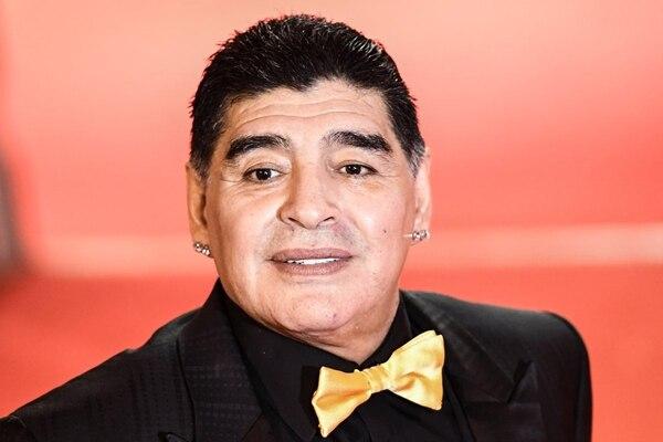 El smoking negro de Maradona que completó con un moño en tono oro en seda