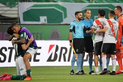 Esteban Ostojich fue el árbitro del duelo de vuelta entre Palmeiras y River por las semifinales de la Copa Libertadores (REUTERS/Nelson Almeida)
