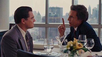 Matthew McConaughey con Leonardo Di Caprio en The Wolf of Wall Street.