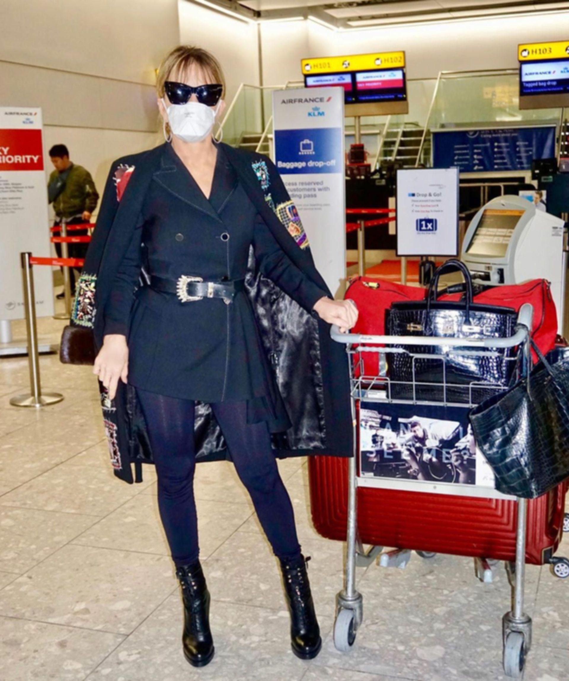 En Londres: Patricia Della Giovampaola con barbijo en el aeropuerto