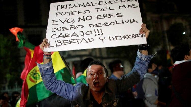 Un manifestante sostiene un cartel contra Evo Morales (Reuters/Uselei Marcelino)