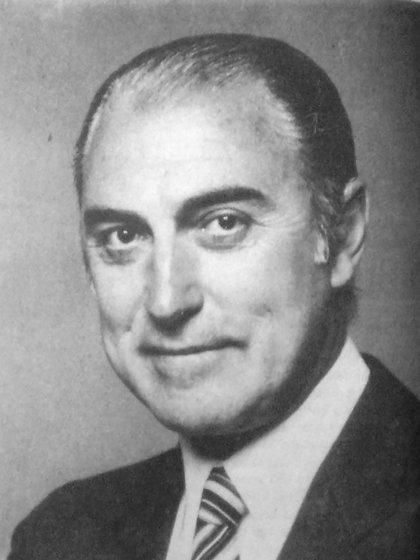 Jorge Cacho Fontana nació el 23 de abril de 1932 con el nombre de Norberto Palese, hijo de Antonio y Nieves. Vivió hasta los 17 años en un departamento de Barracas
